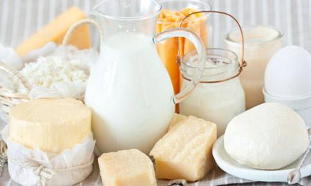 Sữa và các phụ phẩm từ sữa là món không nên thiếu trong bữa sáng của trẻ.